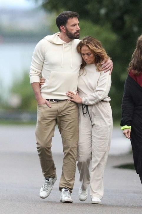 Ben Affleck e Jennifer Lopez avvinghiati per la passeggiata del 4 luglio