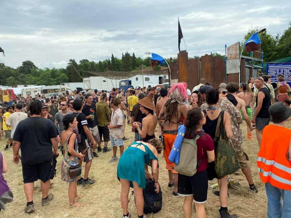 Rave party illegale nel Pisano, in seimila a ballare