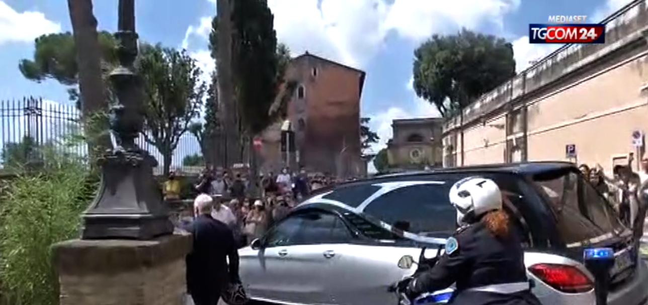Il lungo addio a Raffaella Carrà: i funerali a Roma