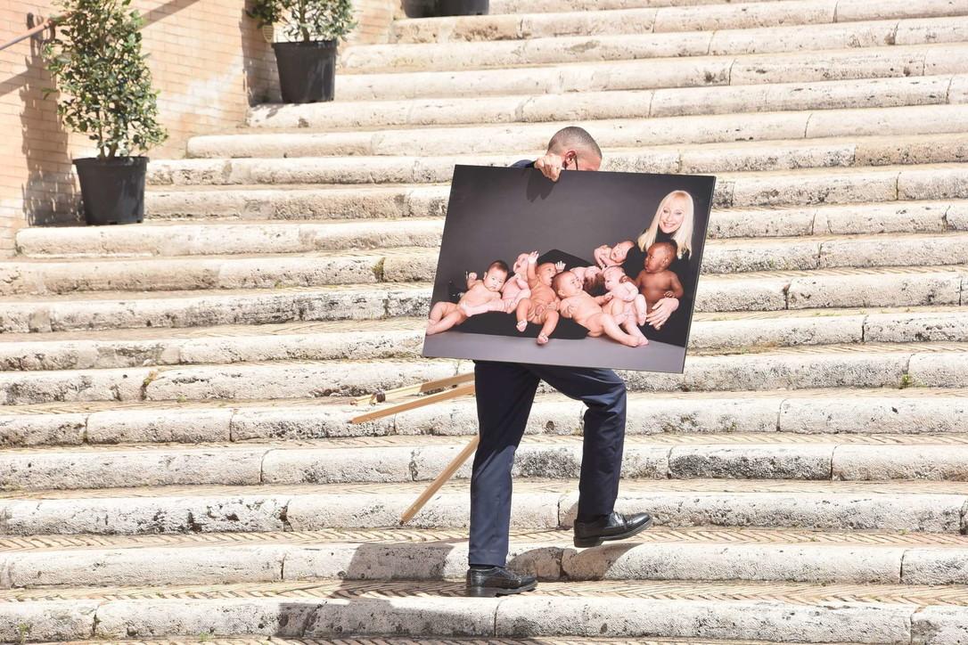 Funerali di Raffaella Carrà: la foto sull'altare coi bimbi, ecco perché