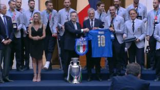 Euro 2020, Draghi premia la nazionale e riceve la maglia numero 10