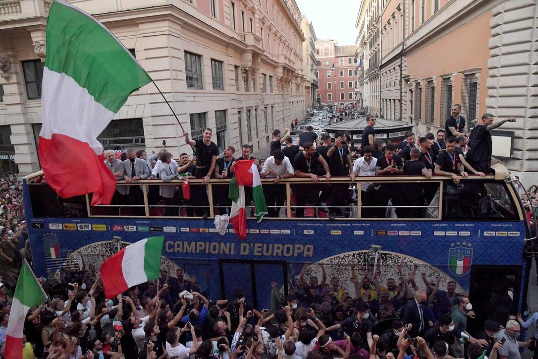 Euro 2020, la Nazionale fa il giro di Roma col bus scoperto