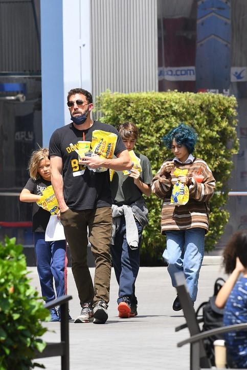 Ben Affleck in versione baby sitter per la famiglia allargata con J.Lo