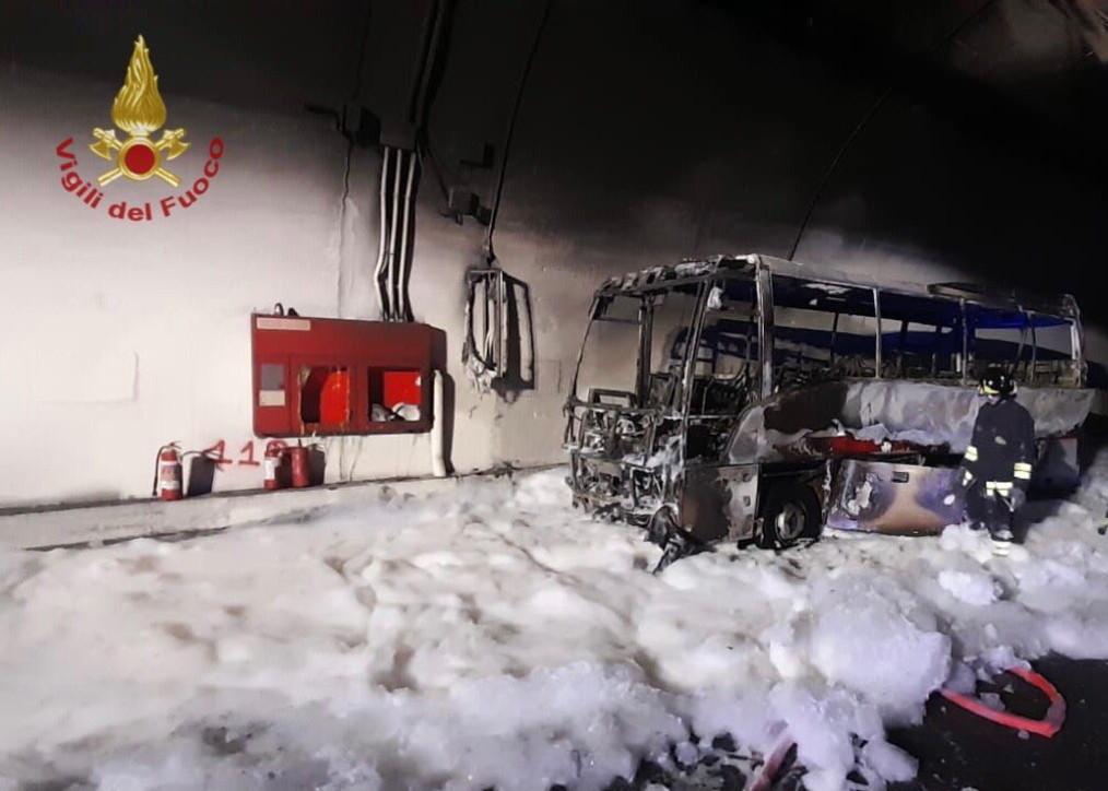 Autobus carico di bimbi prende fuoco: autista eroe li salva