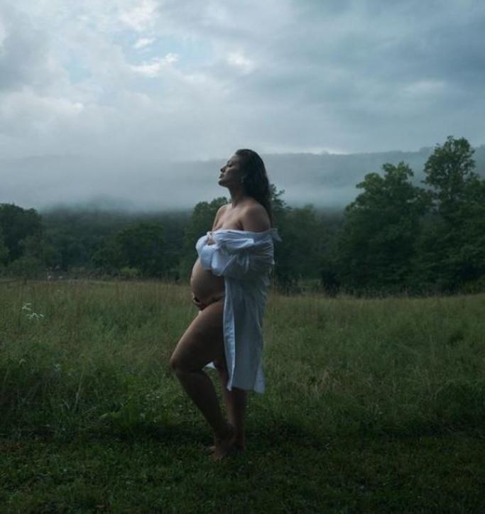 Ashley Graham seminuda annuncia la seconda gravidanza