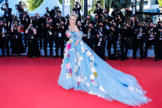 Cannes 74,Sharon Stone irresistibile e fiabesca sulred carpet