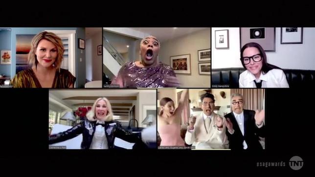 """Il cast di """"Schitt's Creek"""" premiato agli Emmy Awards"""