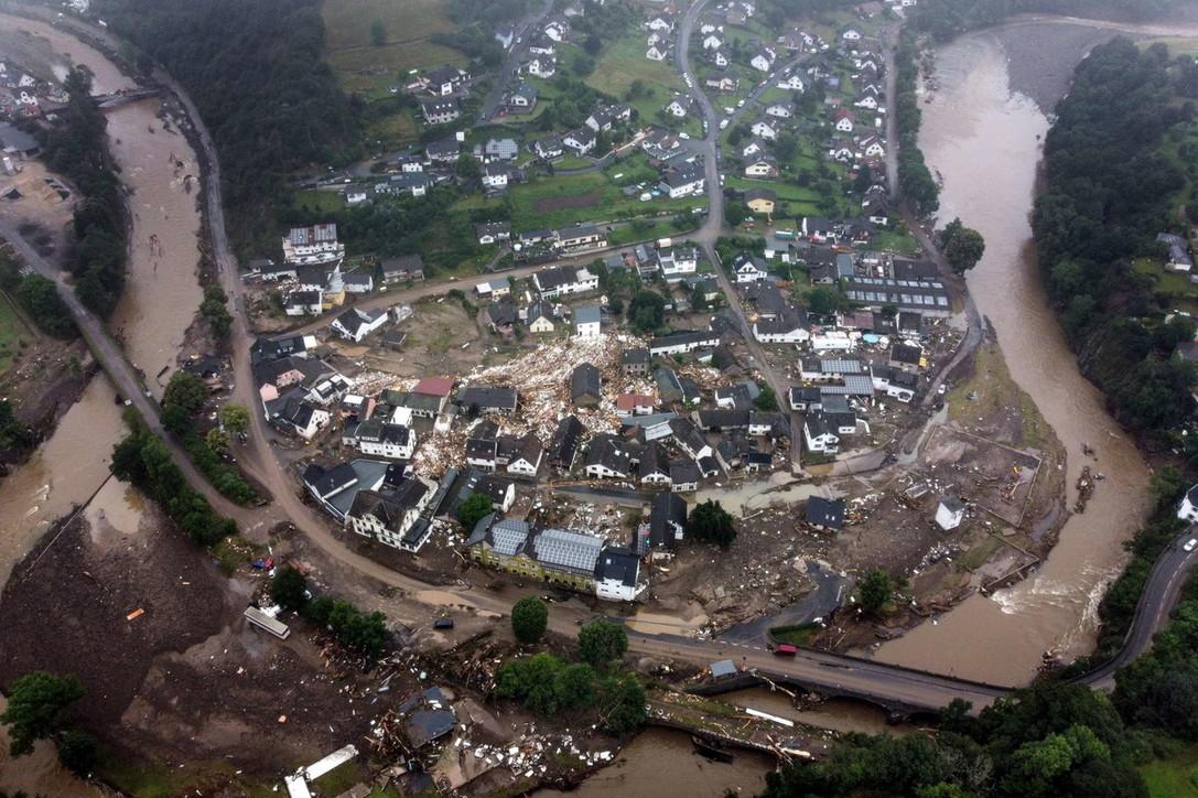 Frane e inondazioni in Germania, case e auto trascinate via