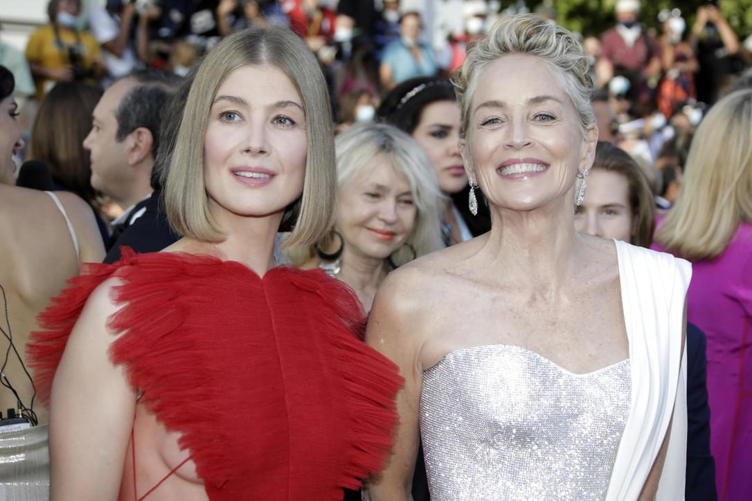 Cannes 74, RosamundPike e Sharon Stone illuminano il red carpet della premiazione