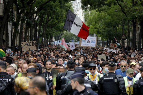 Covid, in migliaia protestano in Francia contro le nuove restrizioni