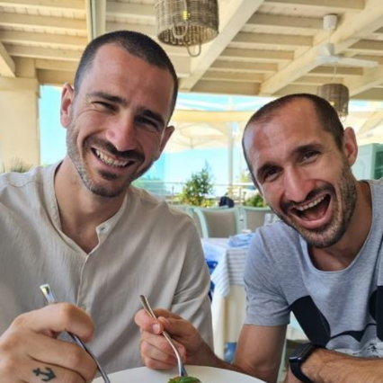 Bonucci e Chiellini, sfottò social: