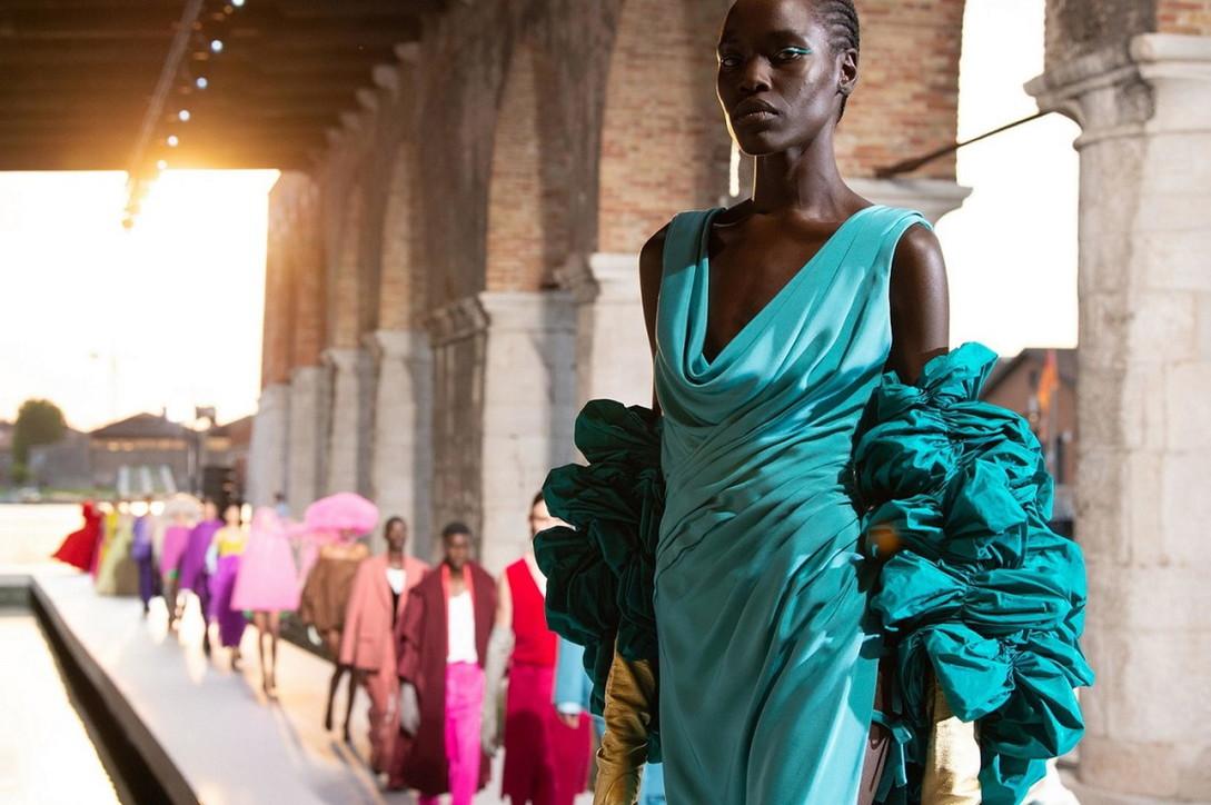 Moda, Valentino Haute Couture: i look magici della sfilata a Venezia