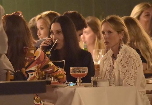Cher tra cocktail, gelato e cenacon le amiche a Portofino