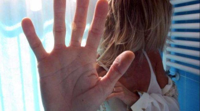 Ravenna, palpeggia una 20enne e tenta di caricarla sulla sua auto: lei lo stende con un pugno