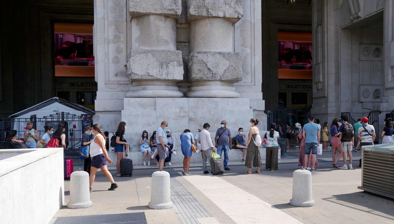 A Milano code per il tampone prima di partire per le vacanze