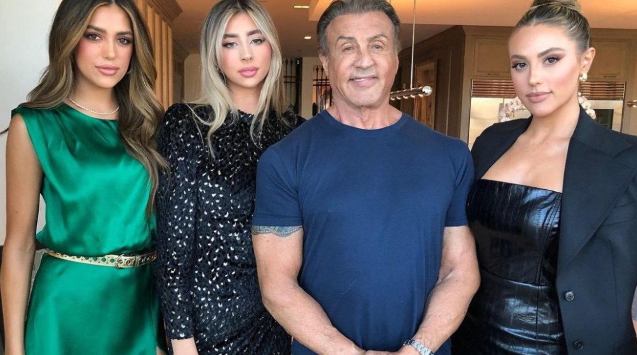 """Sylvester Stallone posta uno scatto con le tre figlie: """"Sono molto fortunato, ma ora smettete di crescerecosì alte"""""""