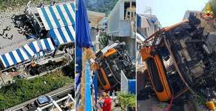 Capri, minibus esce di strada e precipita per diversi metri