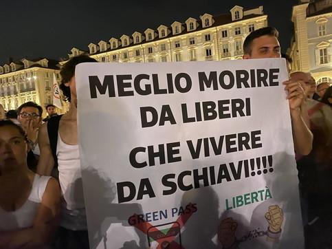 No al Green pass, a Torino in migliaia in piazza