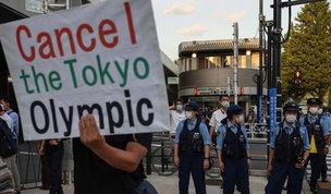 Tokyo 2020, proteste fuori dallo stadio durante la cerimonia d'apertura