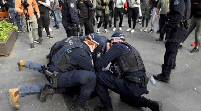 Covid, in Australia proteste contro il lockdown: scontri e arresti a Sydney