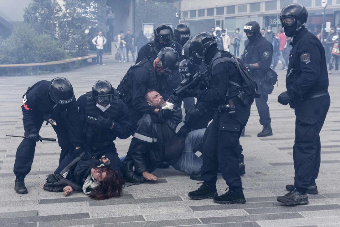 In tutta Francia proteste anti-Green pass, tafferugli con la polizia a Parigi