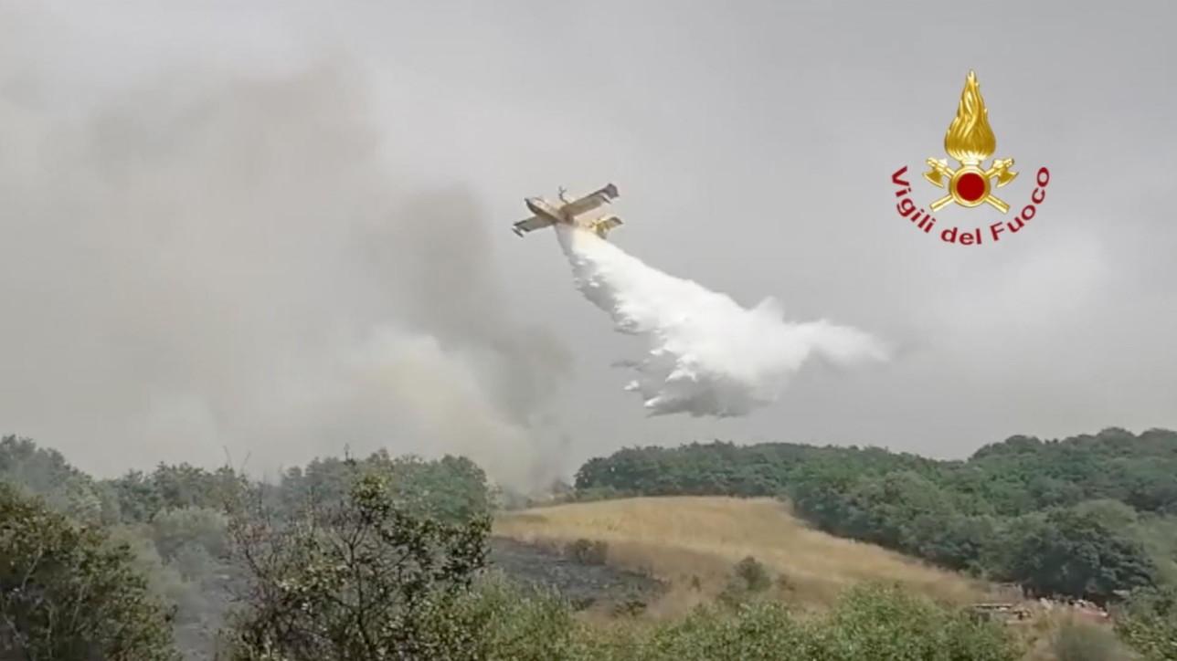 Canadair in azione per spegnere i roghi in Sardegna