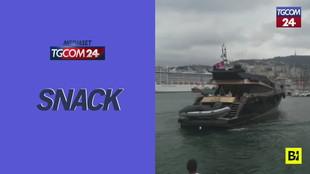 Yacht fuori controllo al porto di Genova: colpisce due gommoni poi si schianta contro l'Isola delle chiatte