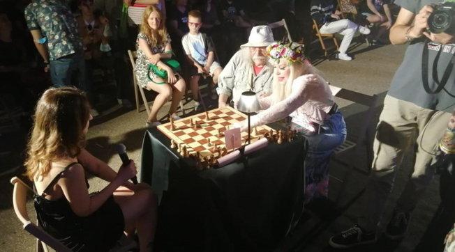 Cicciolina campionessa di scacchi per salvare Frigolandia