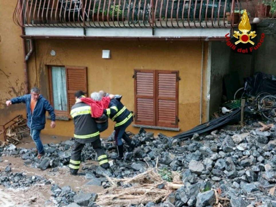Maltempo, frane e smottamenti nel Comasco: anziana evacuata a Brienno