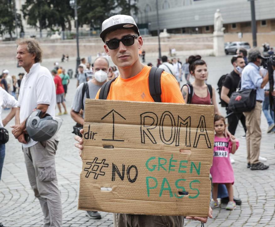 """Il movimento """"IoApro"""" scende in piazza a Roma contro il Green pass"""