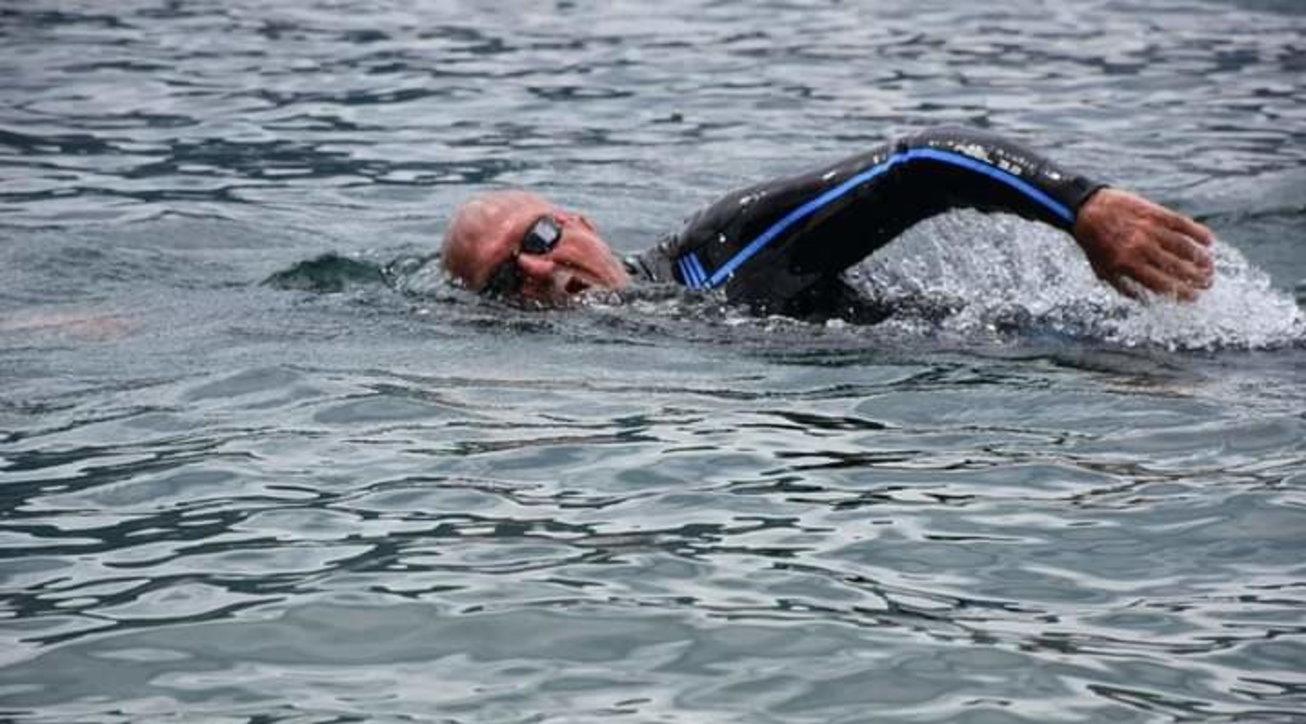 """Covid, a 76 anni attraversa a nuoto il Lago di Garda: """"Così mi lascio il virus alle spalle"""""""