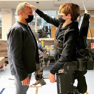 Francia,padre costruisce un esoscheletro robotico per far camminare il figlio disabile