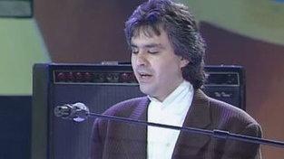 """Buon compleanno Andrea Bocelli: riascoltiamolo cantare """"Vivo per lei"""" con Judy Weiss"""