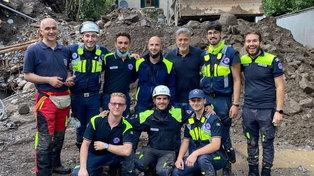 George Clooney con i volontari della Protezione Civile