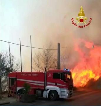 Incendi a Catania, case evacuate in un rione e distrutto un lido