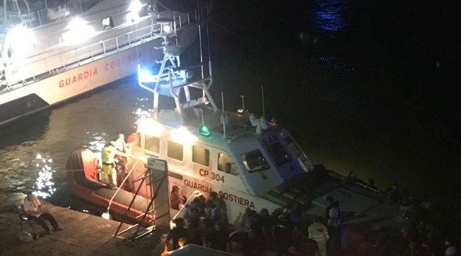 A Catania incendi costringono le persone a fuggire via mare