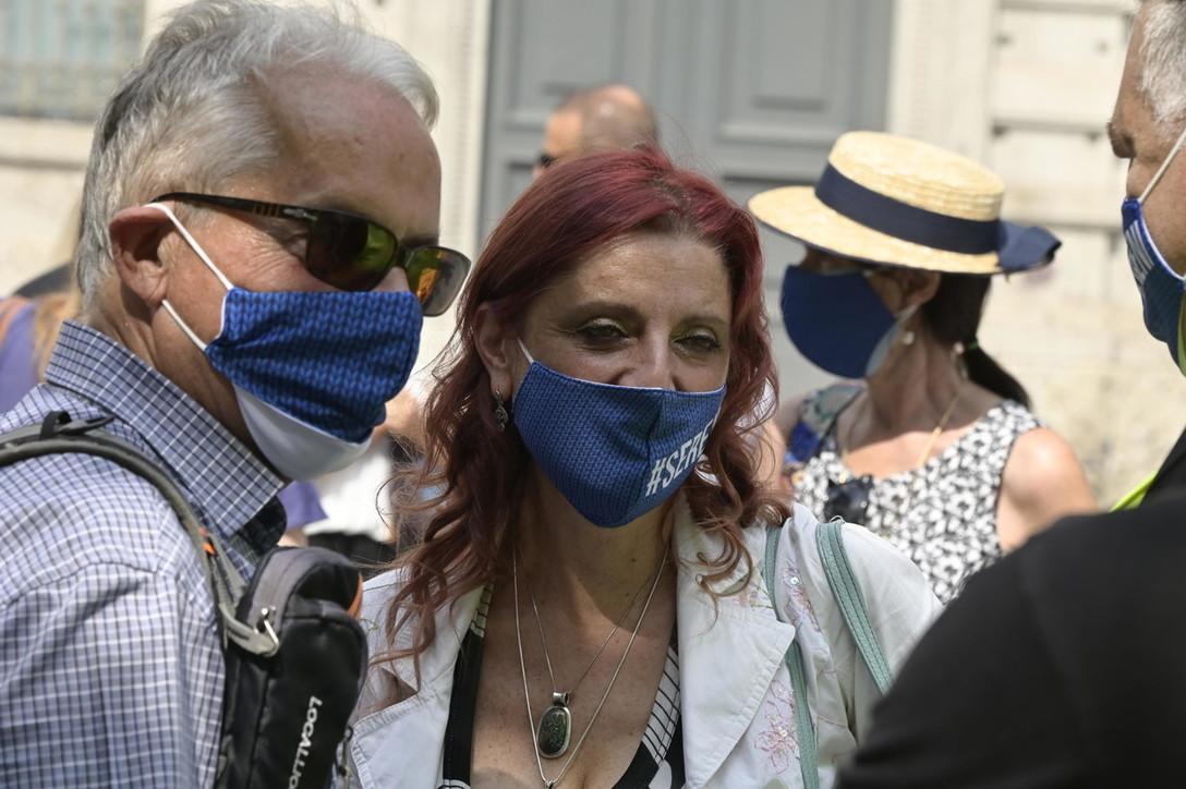 I familiari delle vittime del Covid in protesta davanti al comune di Bergamo