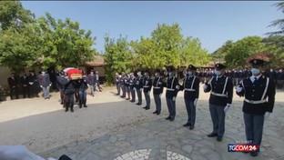 Nuoro, i funerali del poliziotto travolto mentre aiutava un automobilista
