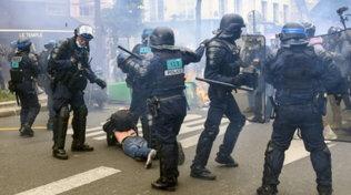 Covid, a Parigi scontri a proteste contro il green pass