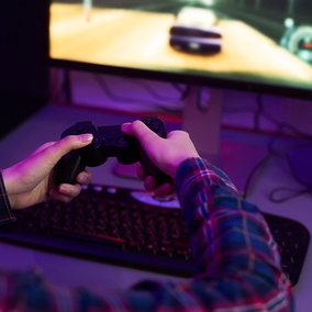 Usa: uomo viene colpito da un fulmine attraverso una scarica del suo controller per videogiochi