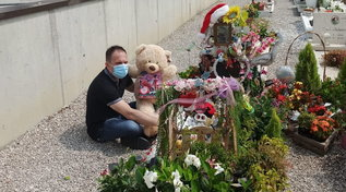 """""""L'orsacchiotto promesso andava consegnato"""": così il """"Babbo Natale dei Bambini"""" lo porta sulla tomba della piccola Elisa a Pordenone"""