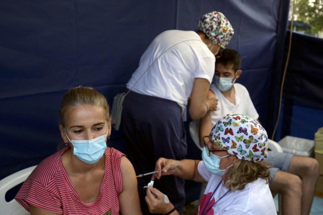 In Emilia alla Festa dell'Unità tortellini, lambrusco... e vaccino