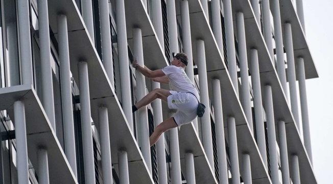 Londra, il free climber arrestato lo ha fatto ancora: si è arrampicato su un grattacielo di 147 metri per il clima