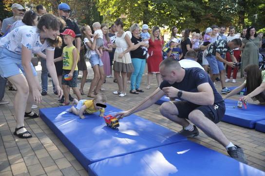 """In Ucraina l'annuale """"corsa delle tutine"""": vincitoriVladislava eOrest"""