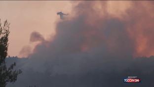 Le fiamme assediano Atene