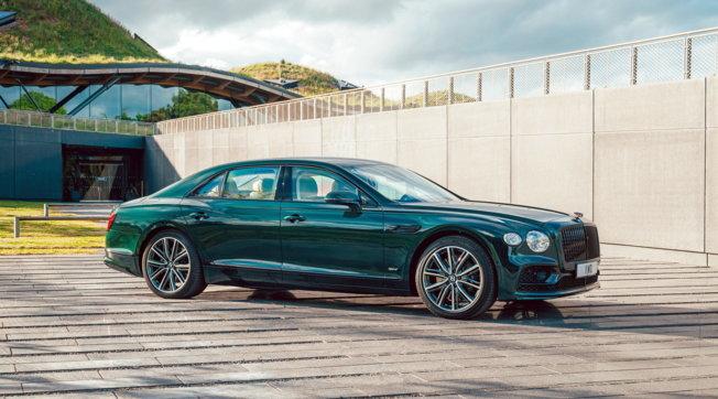 V8 e Hybrid, le nuove Bentley Flying Spur