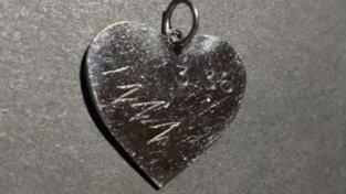 Oristano chiama Amatrice: di chi è il ciondolo a forma di cuore con il simbolo del terremoto del 2016