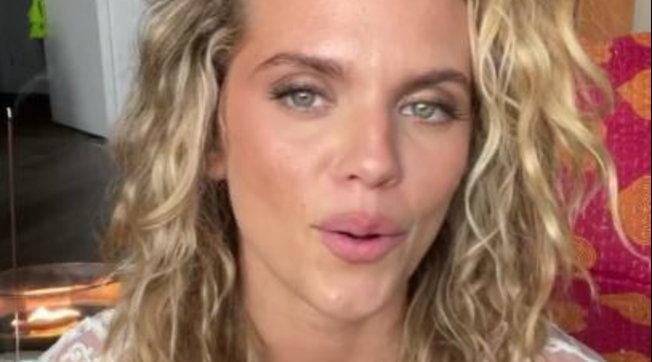 """L'ex star di """"90210"""" AnnaLynne McCord a cuore aperto sui suoi disturbi dissociativi"""
