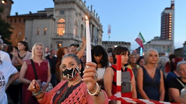 """""""No al Green pass, cosìci uccidono"""": nuova protesta in piazza a Torino"""