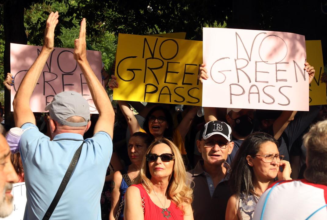 Green pass, da Milano a Roma in migliaia protestano contro l'obbligo